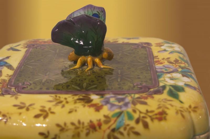 Théodore Deck, papillon sur boîte en céramique
